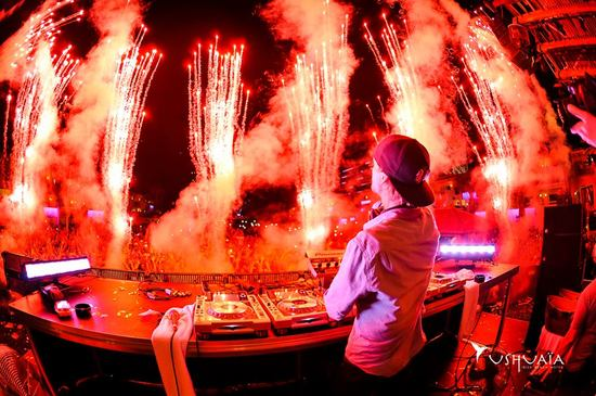 avicii-red-fireworks-from-behind